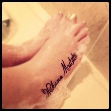 tatuajes de hakuna matata en los pies