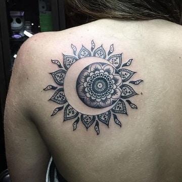 tatuajes de lunas en la espalda decorada