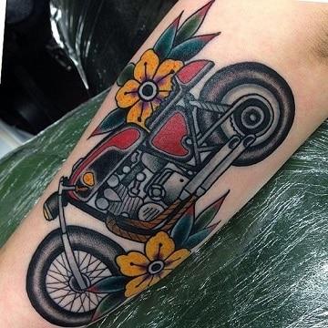 tatuajes de motos para mujer y flores