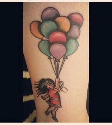 tatuajes de niños con globos en el brazo