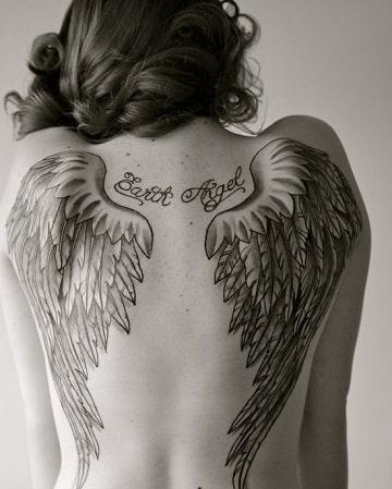 tatuajes de nombres con alas grande