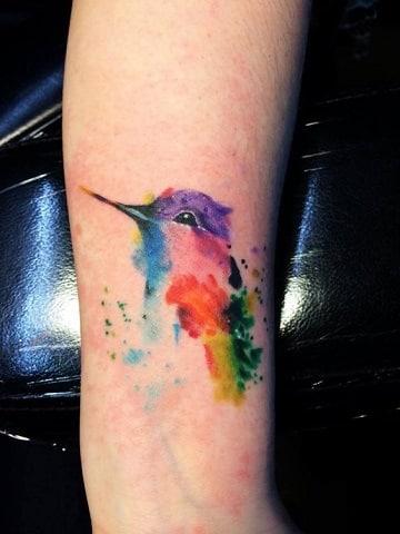 tatuajes de pájaros de colores en el brazo