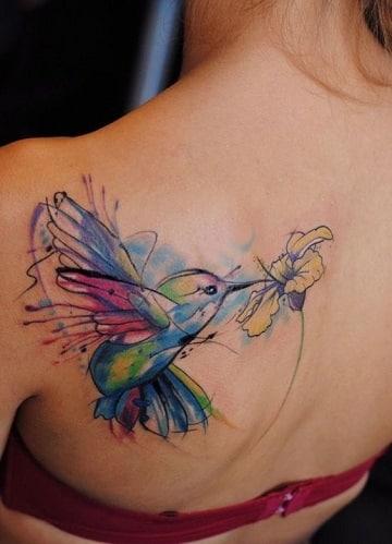 tatuajes de pájaros de colores en la espalda