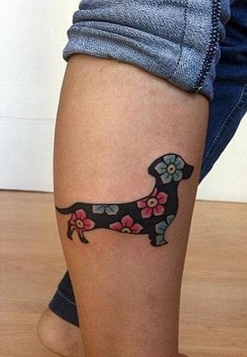 tatuajes de perros salchichas con flores