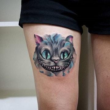 tatuajes del gato de alicia en la pierna