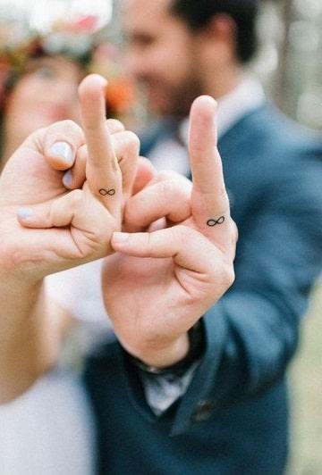 tatuajes para parejas en los dedos creativos
