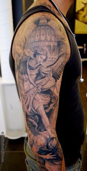 fotos de tatuajes de angeles en el hombro