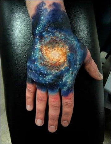 tatuajes coloridos para hombres en la mano