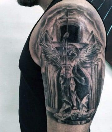 tatuajes de angeles en el hombro para hombres