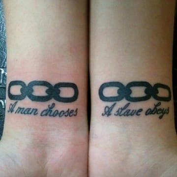 tatuajes de cadenas en el brazo con frases