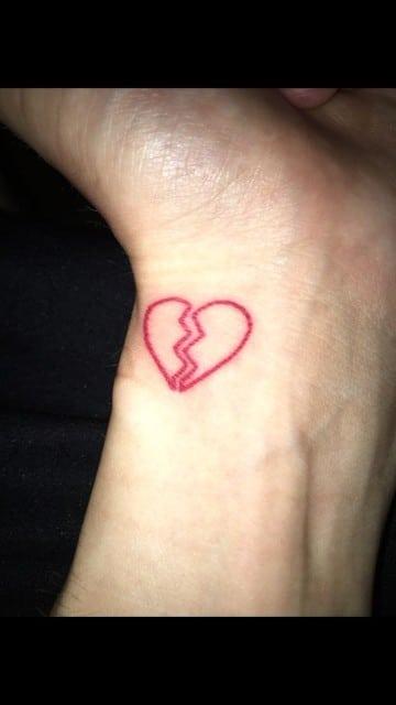 tatuajes de corazones rotos en la muñeca
