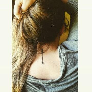 tatuajes de cruces en el cuello pequeños