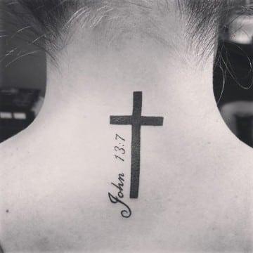 tatuajes de cruces en el cuello sencillo
