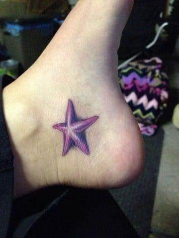 tatuajes de estrellas en el pie a color
