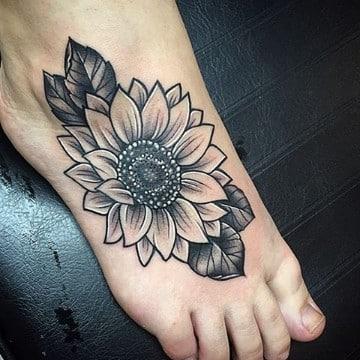 tatuajes de flores en el pie blanco y negro