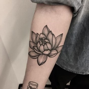 tatuajes de flores japonesas blanco y negro