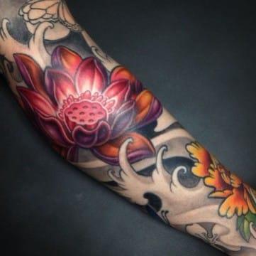 tatuajes de flores japonesas en el brazo