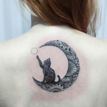 tatuajes de gatos en la espalda con luna