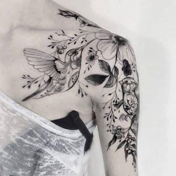 tatuajes de golondrinas en el hombro en composicion