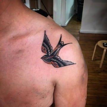 tatuajes de golondrinas en el hombro tradicionales