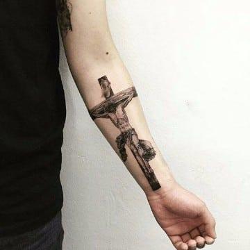 tatuajes de jesus en la cruz en el brazo