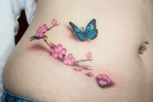 tatuajes de mariposas azules con flores