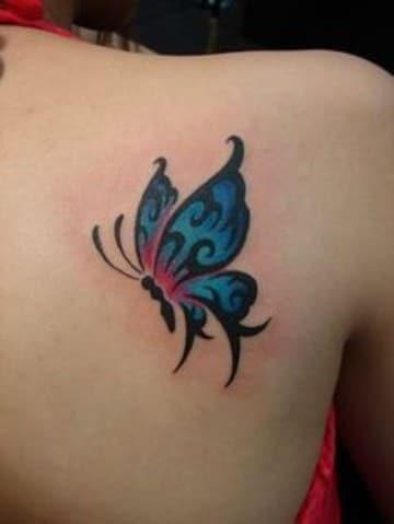 tatuajes de mariposas azules en la espalda