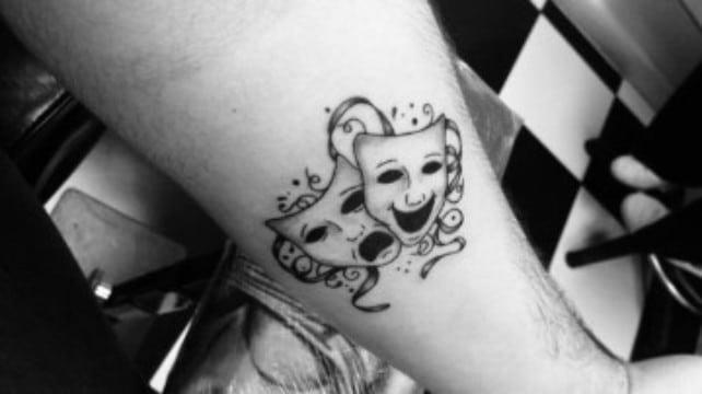 tatuajes de mascaras de teatro en el brazo