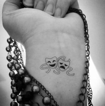 tatuajes de mascaras de teatro en la muñeca