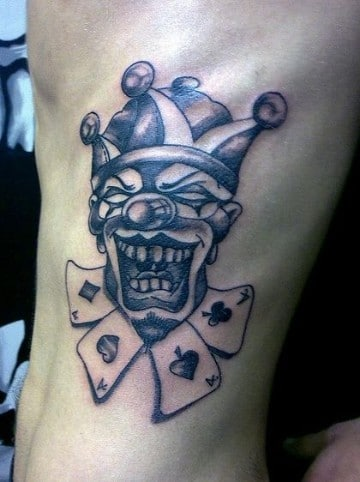tatuajes de payasos joker a un costado