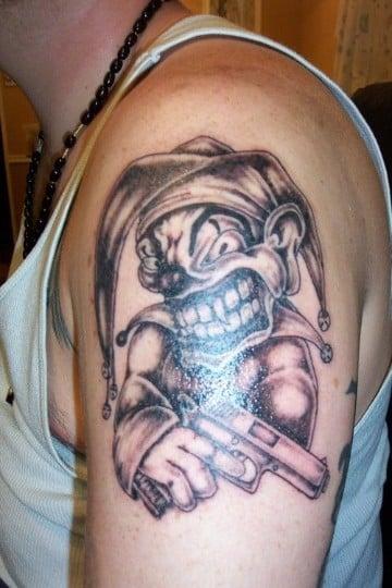 tatuajes de payasos joker en e brazo