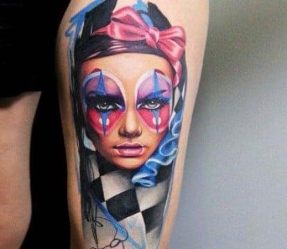 tatuajes de payasos joker en la pierna