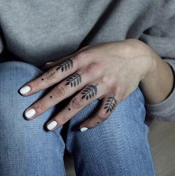 imagenes de tatuajes en los dedos flor