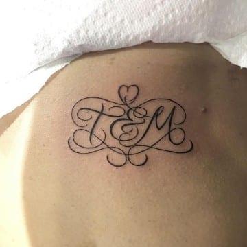 tatuajes con iniciales de hijos con amor