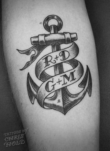tatuajes de anclas con nombres y letras