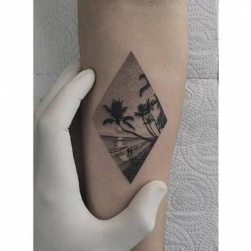 tatuajes de paisajes en el antebrazo en blanco y negro