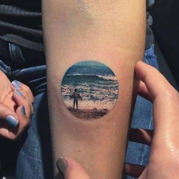 tatuajes de paisajes en el antebrazo en circulos