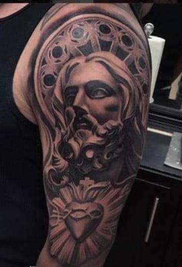 tatuajes del corazon de jesus brazo