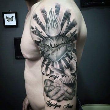 tatuajes del corazon de jesus con manos