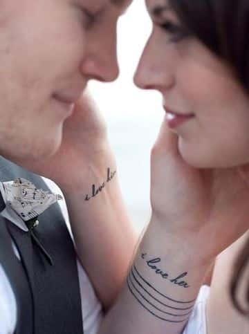 parejas tatuadas enamoradas en la muñeca