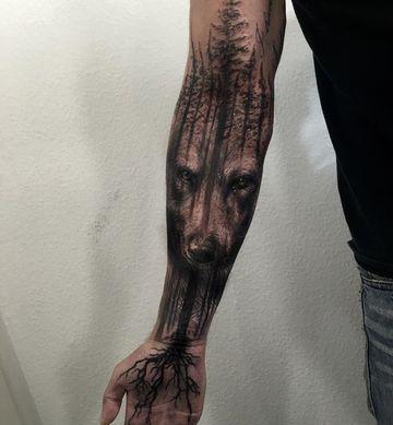 tatuajes de arboles en el brazo con lobo
