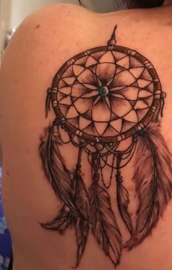 tatuajes de atrapasueños a color en la espalda
