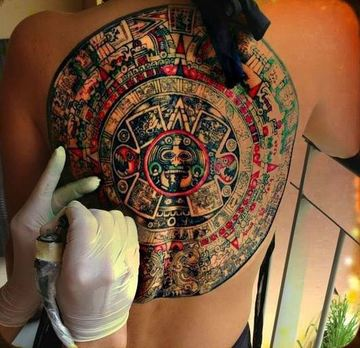 tatuajes de calendario azteca en la espalda