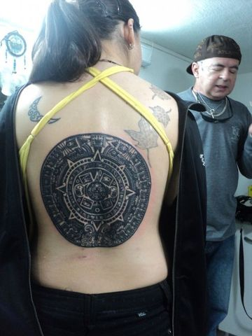 tatuajes de calendario azteca para mujeres