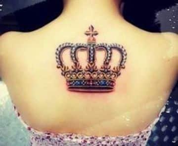 tatuajes de coronas a color mujer