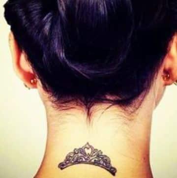 tatuajes de coronas en el cuello de princesa