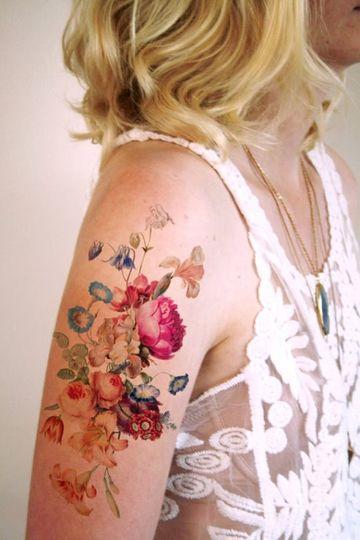 tatuajes de flores en acuarela brazo