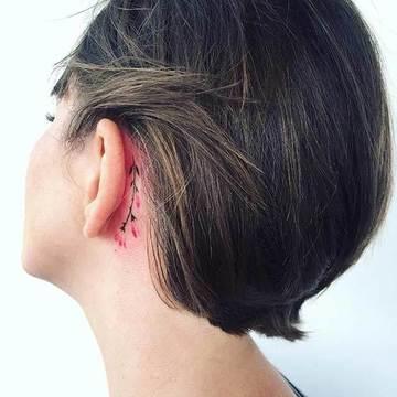 tatuajes de flores en acuarela tras oreja