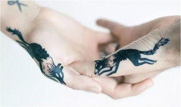 tatuajes de madre e hijo varon manos