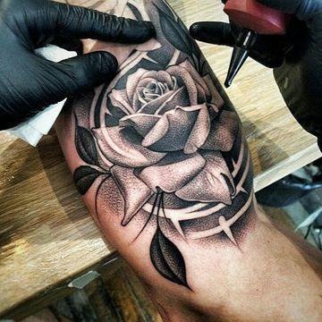 tatuajes de rosa para hombres en el hombro